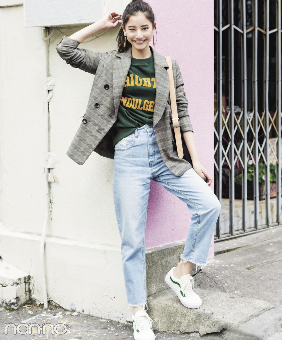 【白スニーカーコーデ】新木優子は、デニム×スニーカーのカジュアルな着こなしにチェックジャケットで大人っぽ★
