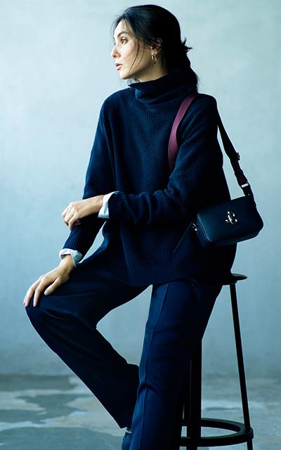 異素材を重ねたネイビーのワントーンスタイルの田沢美亜