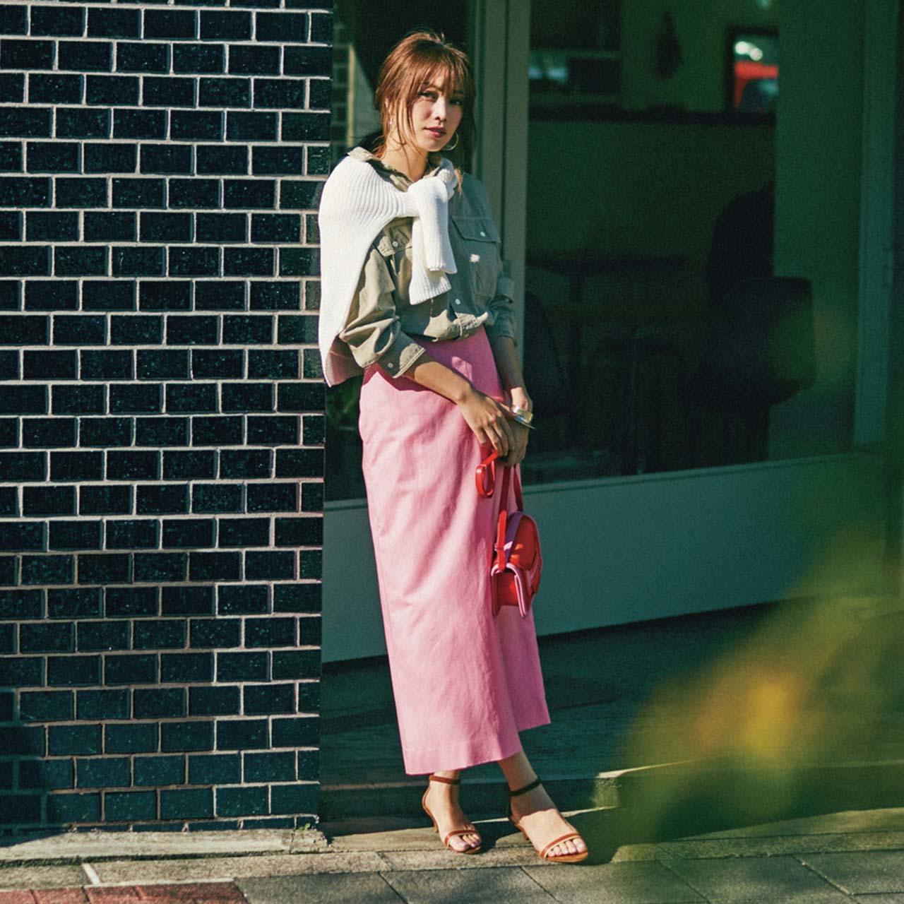 ベージュのシャツ×ピンクのロングスカートコーデを着たモデルの蛯原友里さん