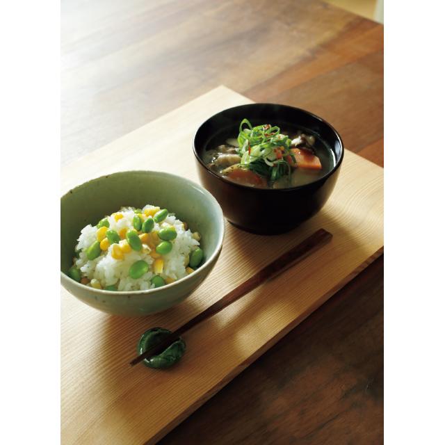 マイ折敷にのせた鶏とごぼうとこんにゃくのおつゆととうもろこしと枝豆のごはん