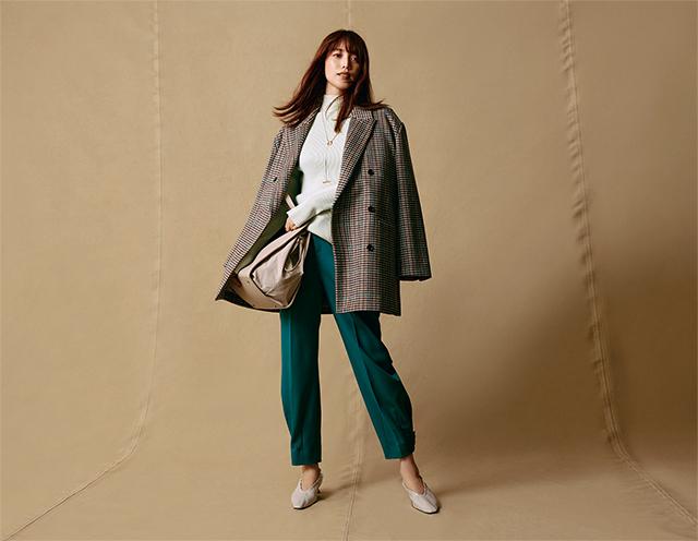 ミラオーウェンの秋のトレンドカラーのグリーンのパンツとジャケットを着る蛯原友里