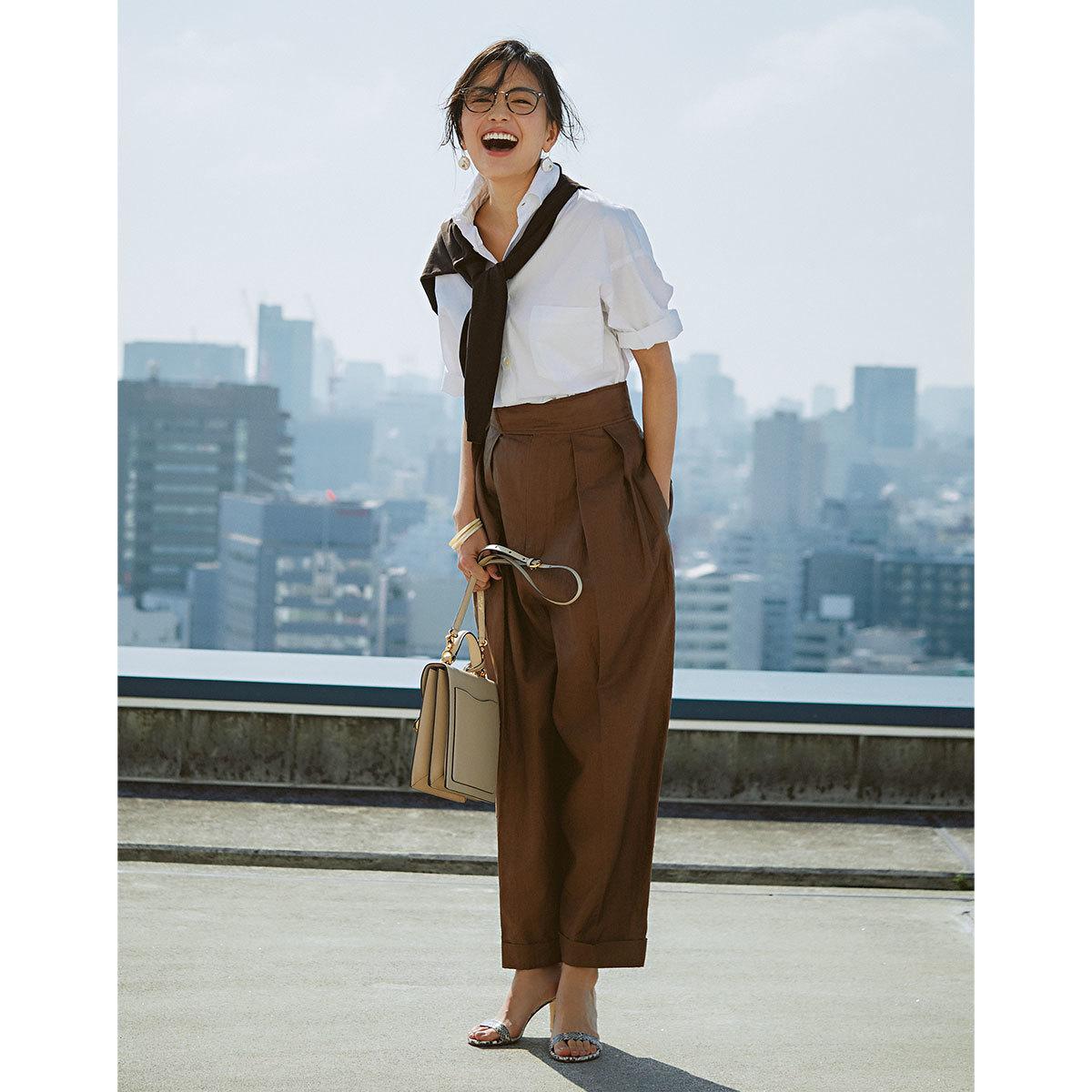 ブラウン×白のコーデを着た矢野未希子さん