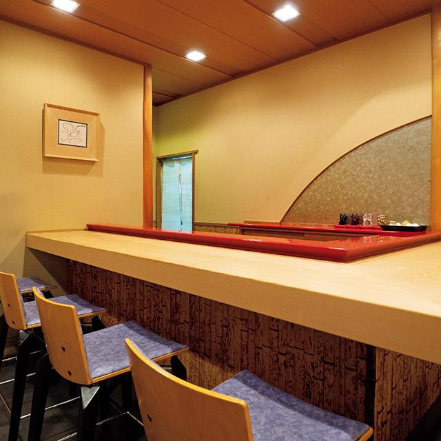 カウンター席のほか、個室も3部屋あり。