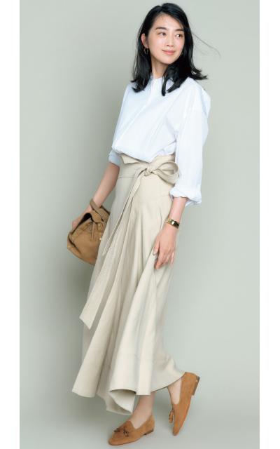 揺れが美しいベージュのラップスカート