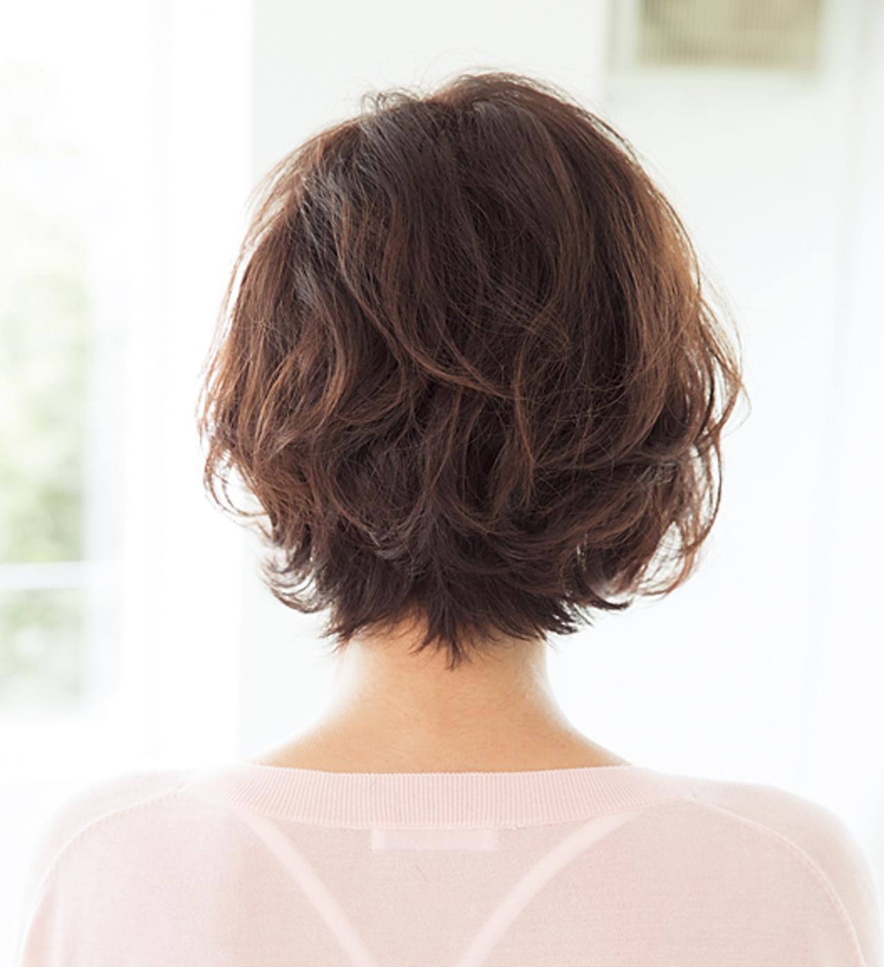 髪のうねりを利用した大きめカールヘアでフェミニンショートに【40代のショートヘア】_1_3