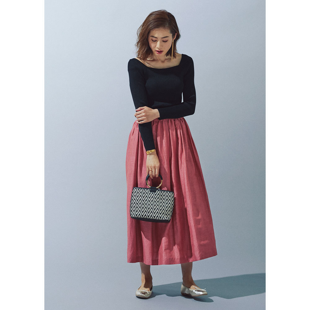 カラースカート×メタルハンドルバッグコーデ