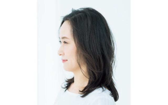 リバース巻きの毛流れで顔まわりが華やぐスタイルのサイド