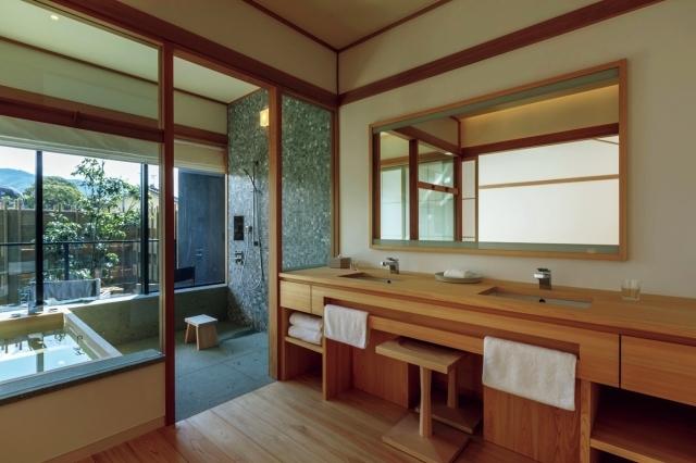自然素材を用いたオリジナルの家具類が、庭の景色に調和する