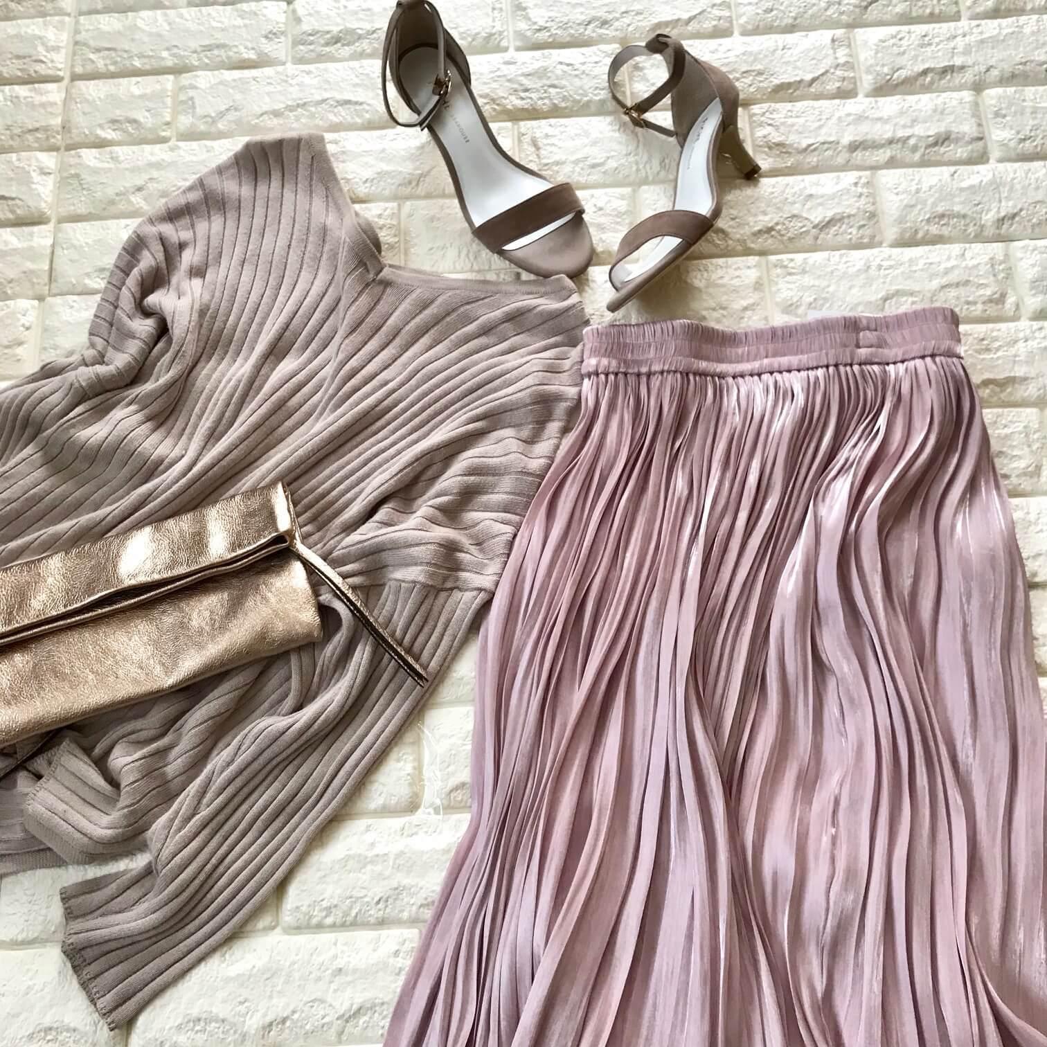 VISのピンクフレアスカートとベージュアイテムを合わせた画像