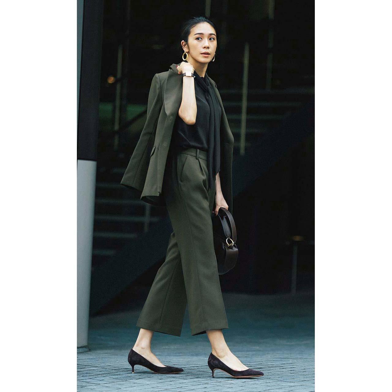 バーニーズ  ニューヨークの機能派パンツ×ジャケットコーデを着たモデルの竹内友梨さん