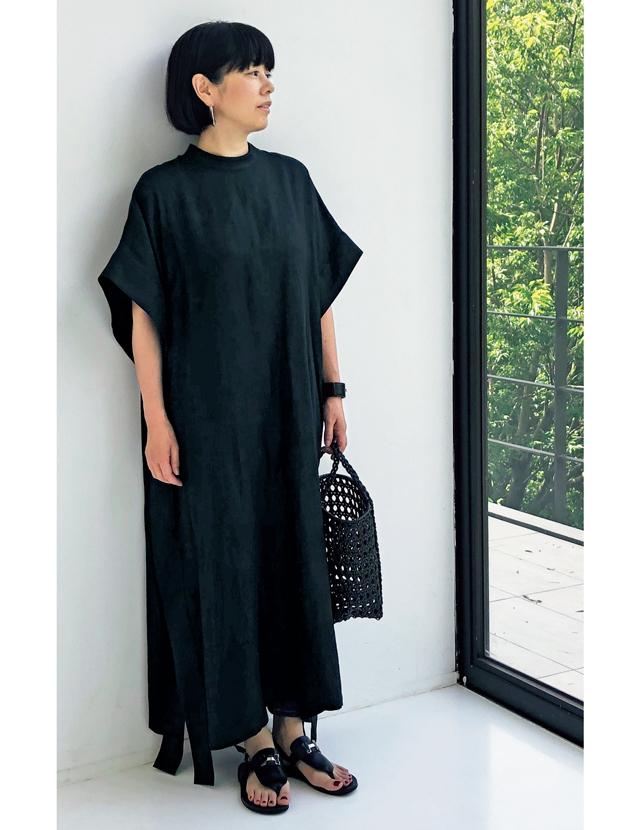 モード感漂うブラックのワンピースコーデの福田亜矢子さん
