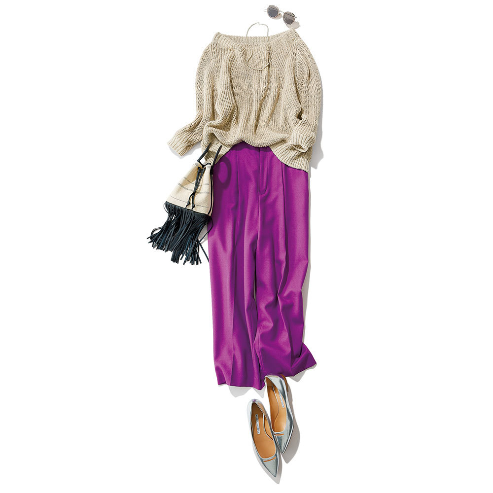 ざっくりニットのドライな色と質感が、濃密カラーのパンツと好相性