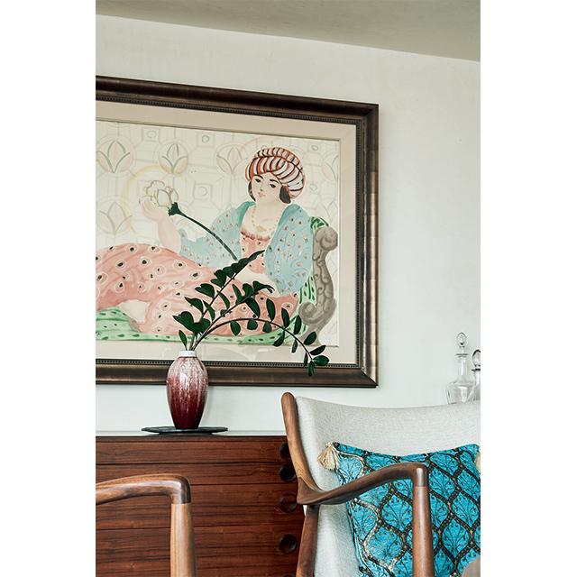 さし色の赤とブルーが絶妙に入った工藤村正さんのアートを壁に