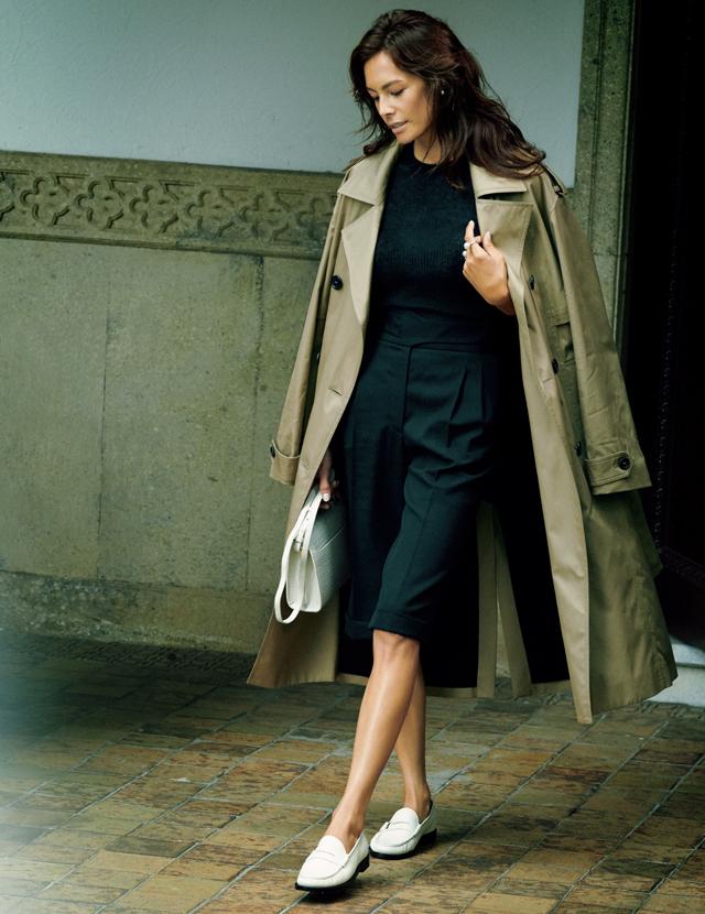 トレンチコートスタイルにローファーをあわせたコーデのTINA