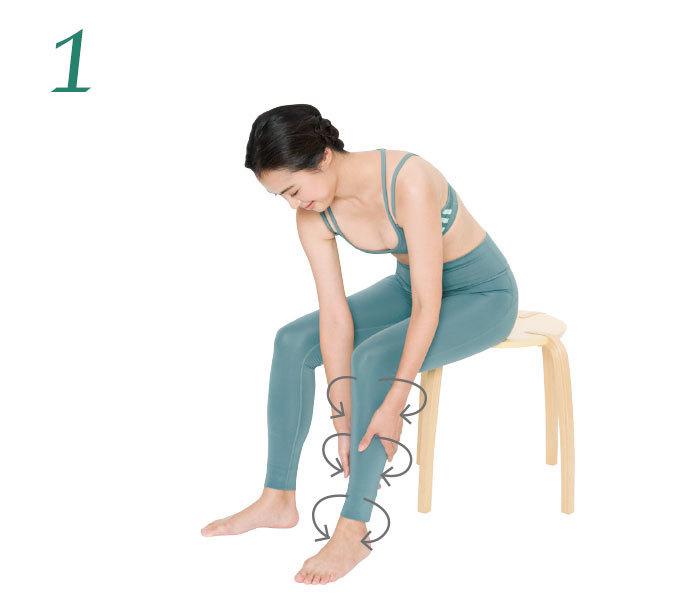 1.足首の上あたりに左右の手のひらを当て、中心から裏側へ押し流すようにマッサージ。徐々に位置を上げ、最後は膝裏に流して。軽めの力でOK。