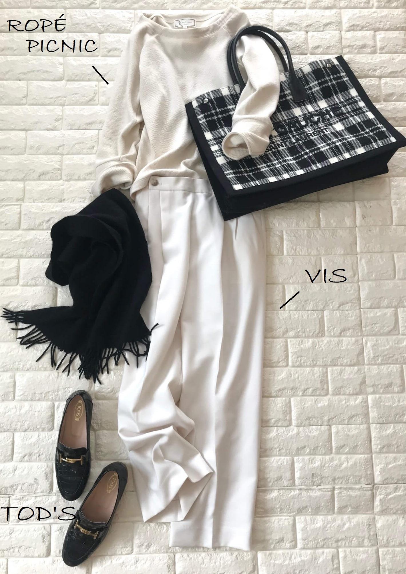 サンローランのバッグと白のワントーン