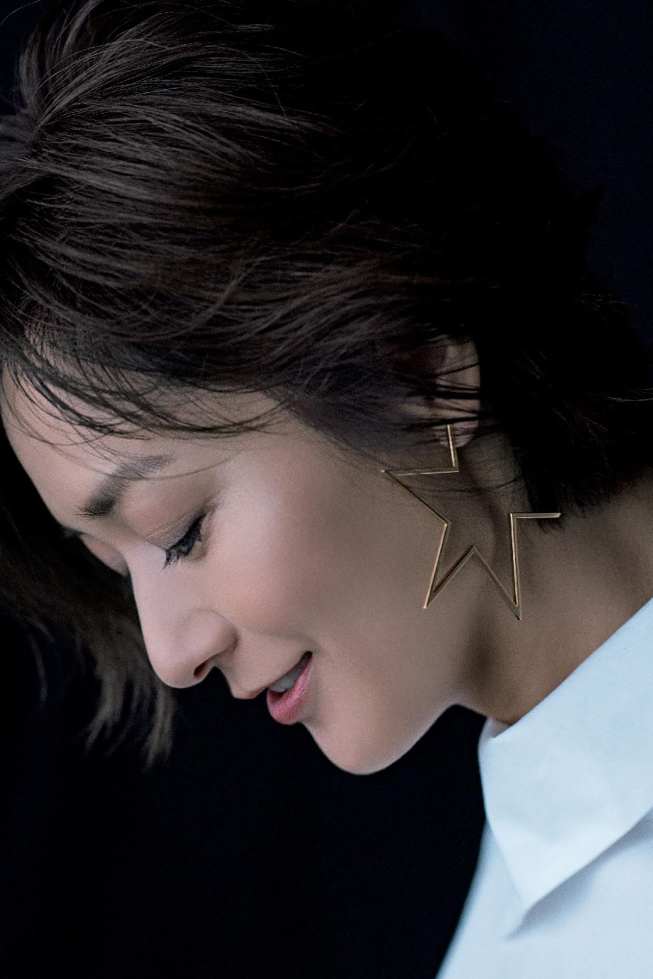 富岡佳子がまとう「白シャツにゴールドのジュエリー」 五選_1_1-5