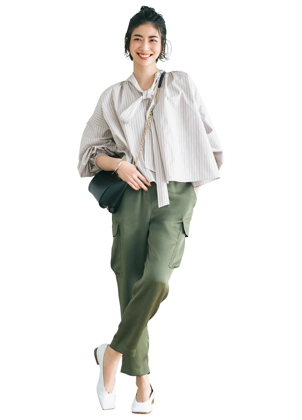 ボリューム袖シャツとカーゴパンツ