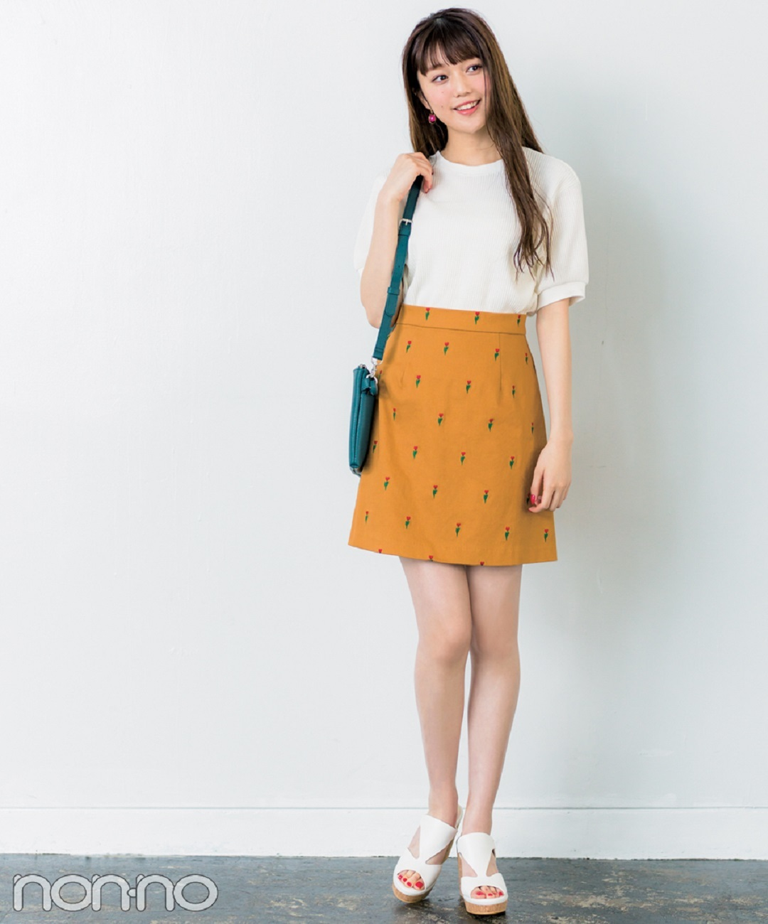 【夏のサンダルコーデ】江野沢愛美は、キャミソールワンピ×Tシャツ&スニーカーでカジュアルミックスコーデ
