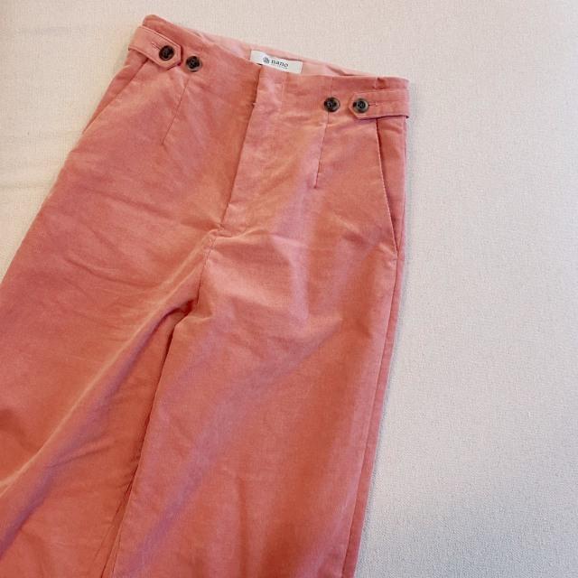 スモークピンクのパンツ