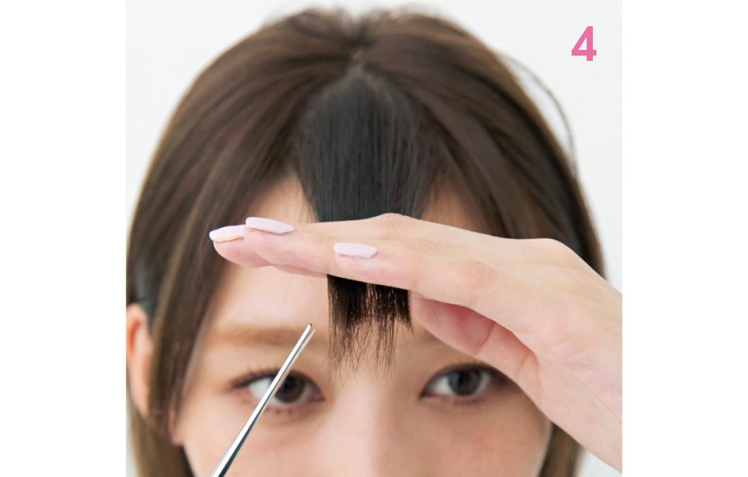 90°に持ち上げカットする  ブロッキングを取り、毛束をまとめ90°に持ち上げる。上段の長い部分を少しずつ斜めにカット。