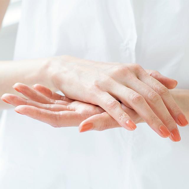 保湿下地は手首に近い手根部にとり、両手で温めてから