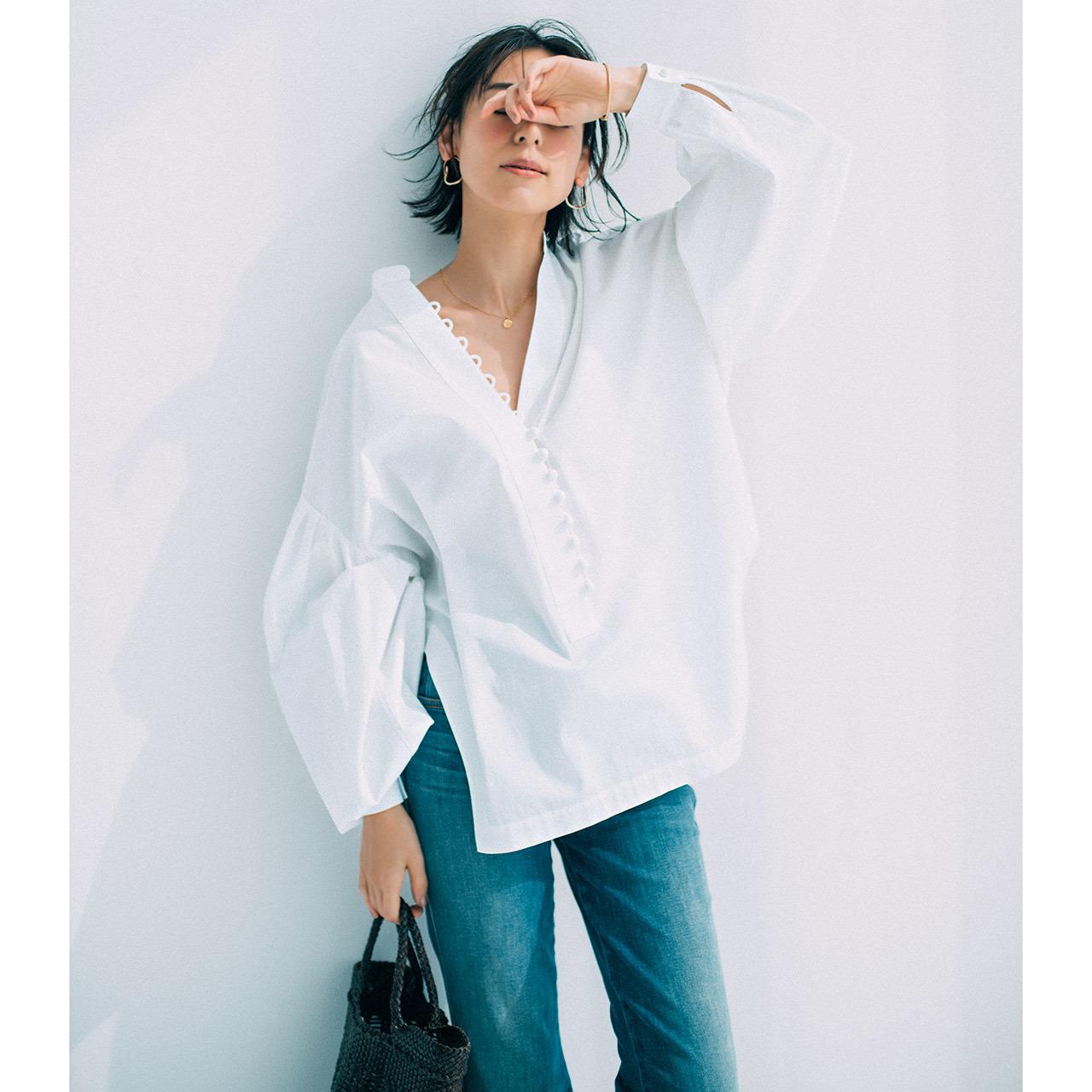 デザインのきいた白シャツ×デニムパンツコーデを着たモデルの小泉里子さん