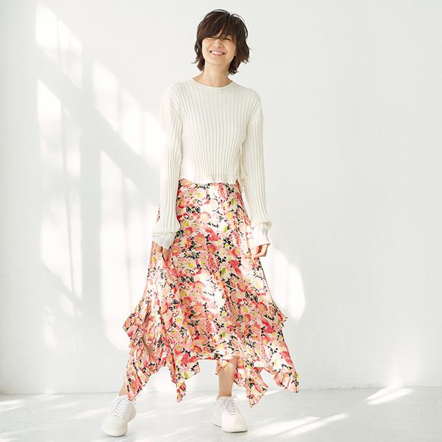 富岡佳子 「花柄スカート×スニーカー」コーデ