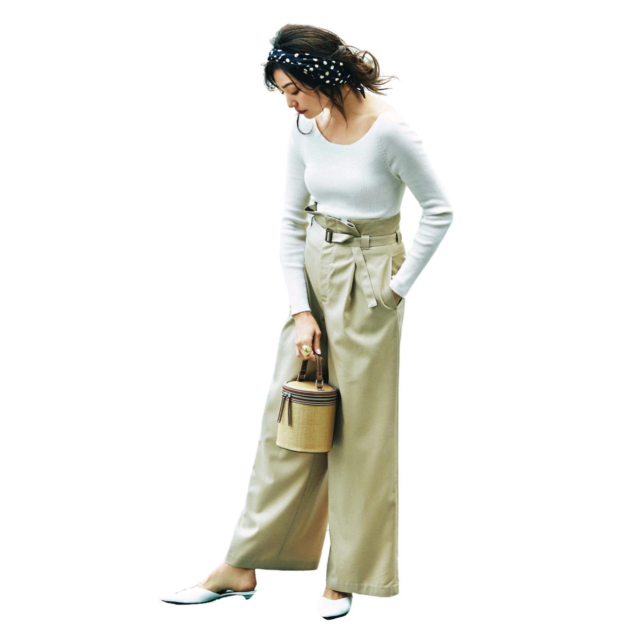 ■白のリブニット×ベージュの腰高パンツコーデ