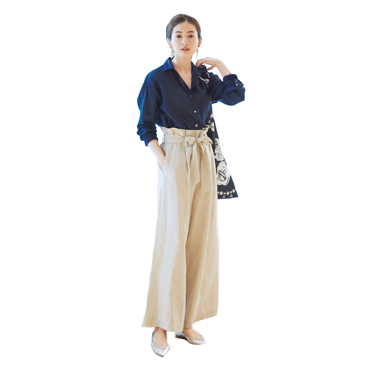 ネイビーシャツ×ベージュパンツのファッションコーデ