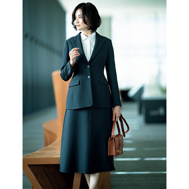 シックな黒スーツに華やかさを添えるフレアスカート