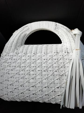 白いかごバッグコロンとした形がお気に入りです。