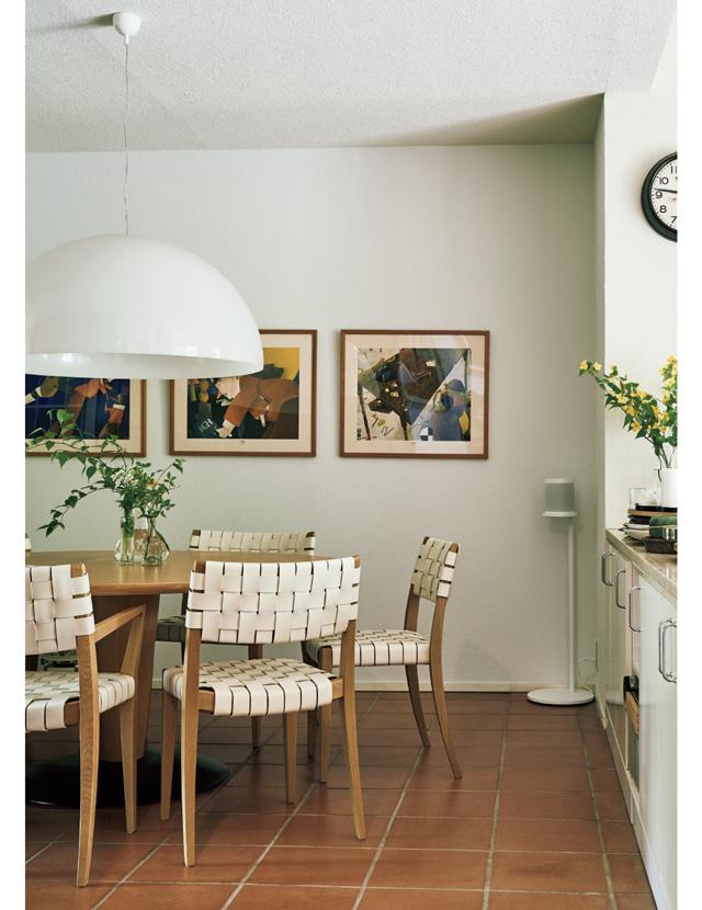 アルフレックスの円形ダイニングテーブルとチェア「ティナ」、オルーチェの照明「ソノーラ」など