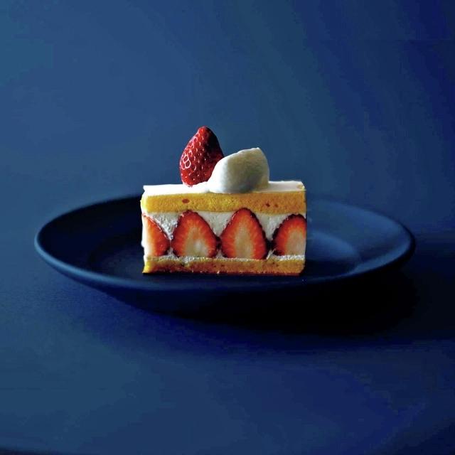 埼玉産・幻の完熟いちご「あまりん」のおいしさに感動したシェフがいちごの味を引き出すために作ったショートケーキ。¥1,080