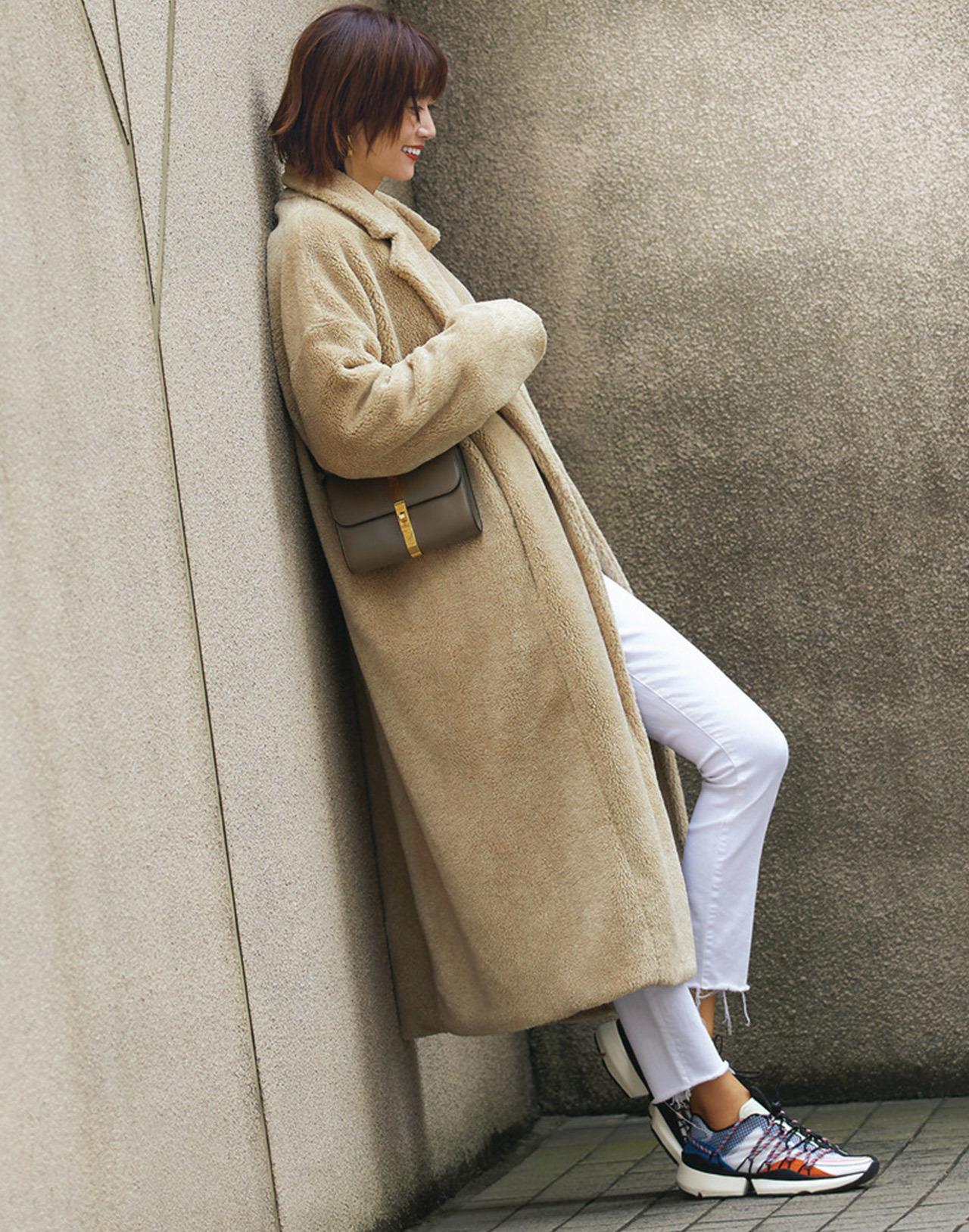 Style 3. ベージュボアコート×カラー入り白スニーカー