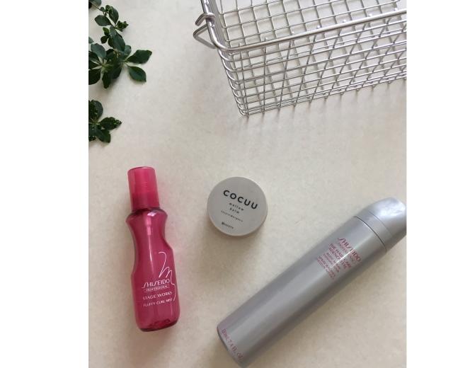 左:巻く前には、熱から髪を 守るスタイリング剤を。 中央:艶が欲しいときに仕上げで使うバーム。