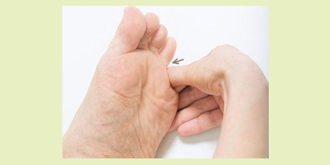 指の股から甲側へこすり下ろす