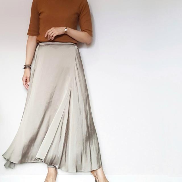 揺れるサテンスカートで女っぷりフェミニンスタイル。_1_2