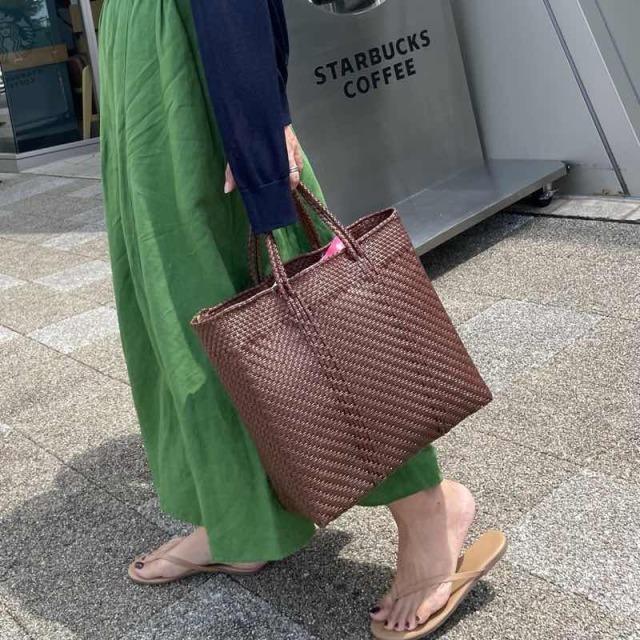 グリーンワンピースを着用した日にメルカドバッグを持った様子