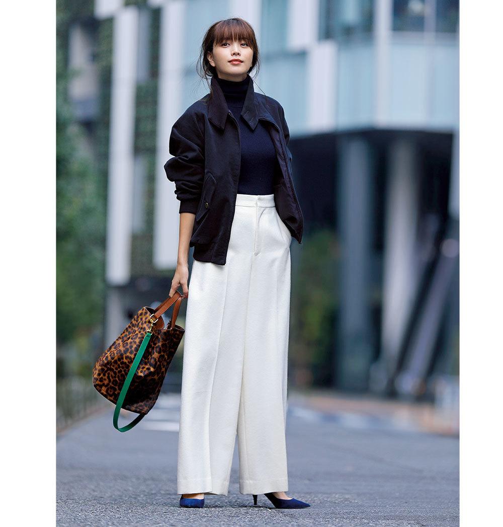 ネイビーのブルゾン×白パンツのファッションコーデ