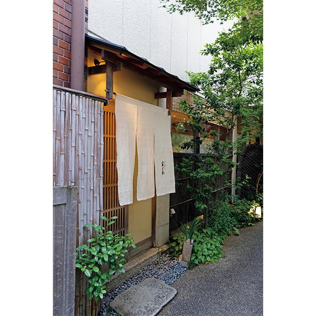 街中にひっそりたたずむ京料理店。