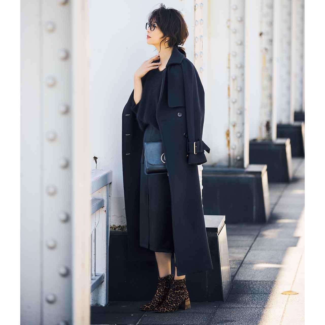 黒のロングコート✖ニットコーデを着たモデルの五明祐子さん