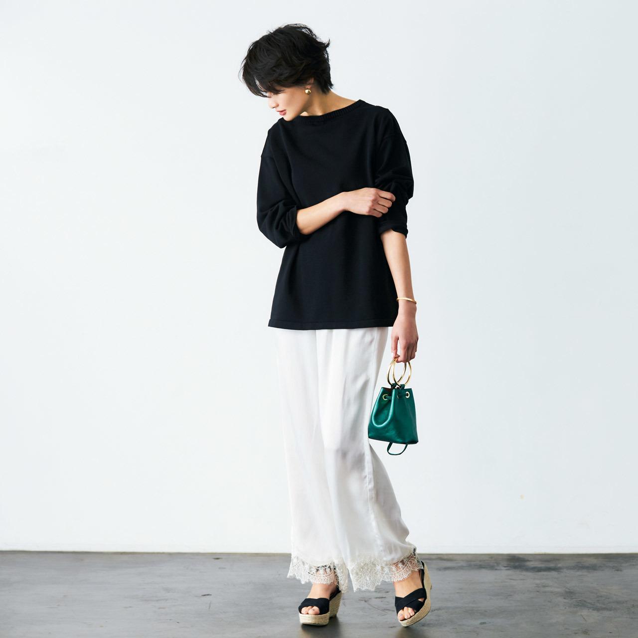 白パンツ×黒サンダルコーデ