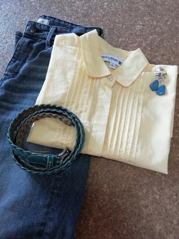 ヤヌークのデニムパンツとコーディネイト。差し色にはブルーのベルト&イヤリングを。
