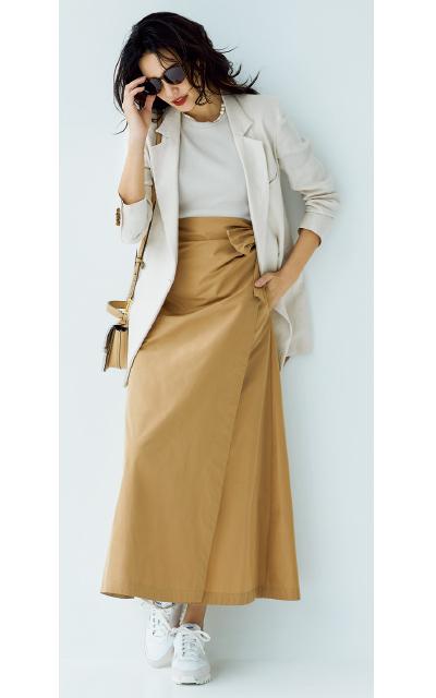 ジャケットと光沢感のある張り素材のスカートコーデのRINA