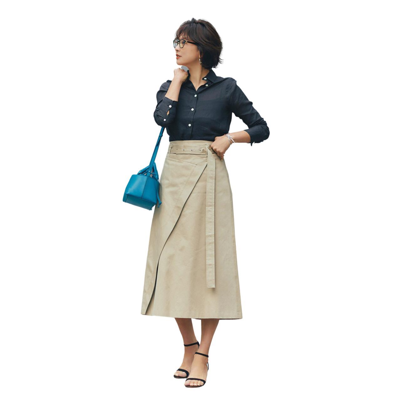 ネイビーシャツとベージュスカートのコーデ モデル・五明祐子