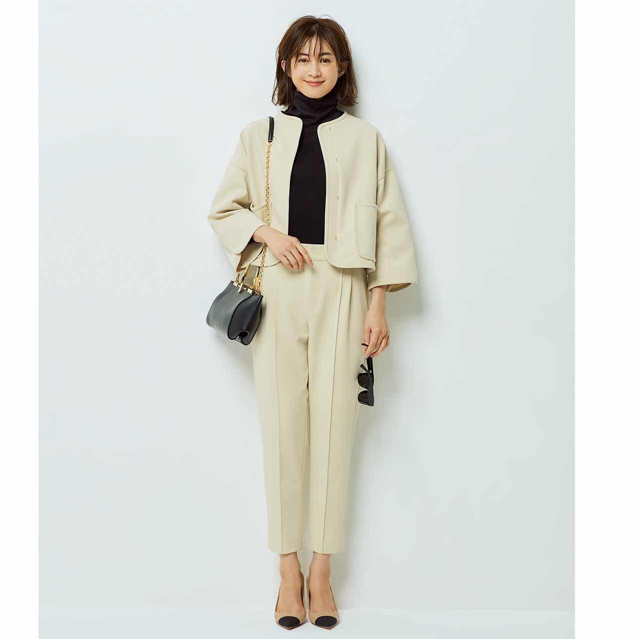 ノーカラージャケット九分丈パンツのセットアップを着たモデルの高垣麗子さん