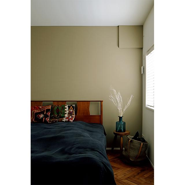 寝室の壁は1面だけニュアンスのあるカーキ