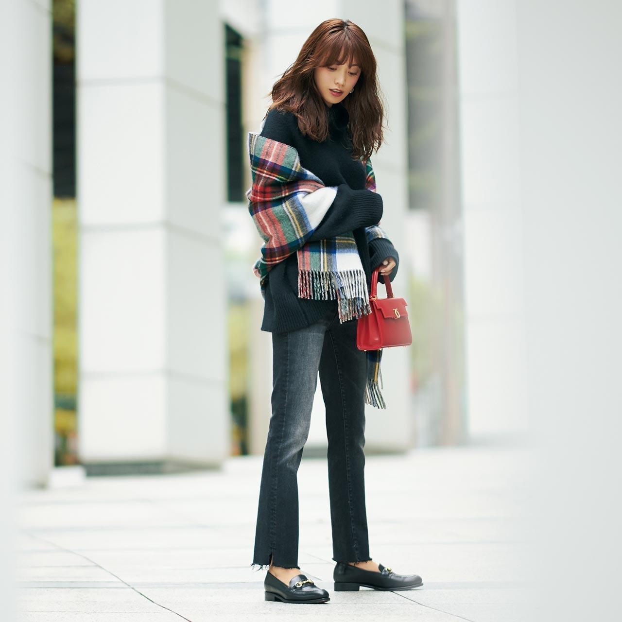 ビックサイズニット×黒スキニーデニムのファッションコーデ