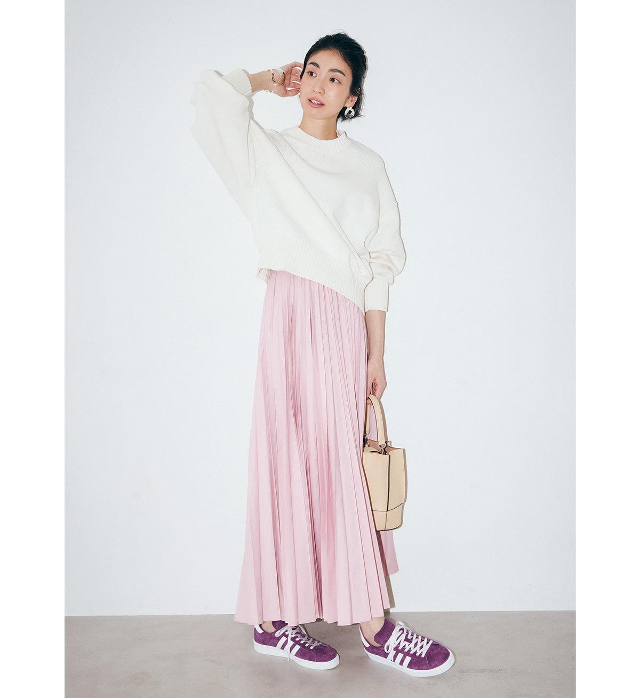 ■白ニット×淡ピンクのプリーツスカート×スニーカーコーデ